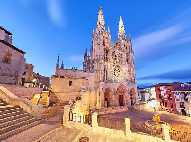 burgos catedral en la luz de noche - burgos fotografías e imágenes de stock