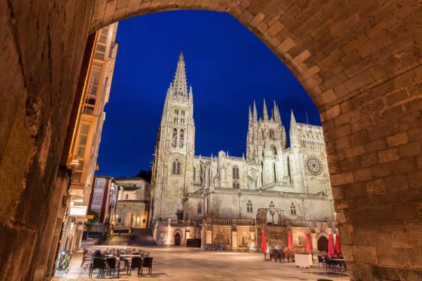 catedral de burgos en la plaza de san fernando - burgos fotografías e imágenes de stock