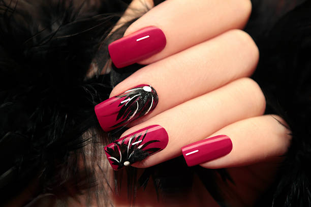burgundy maniküre. - nageldesign trend stock-fotos und bilder