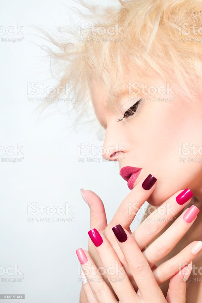 Borgonha multicolorido manicura. - foto de acervo