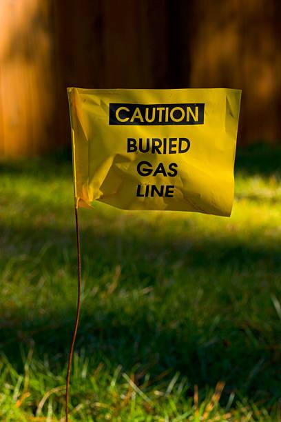 caution - buried gas line flag - gömülü stok fotoğraflar ve resimler