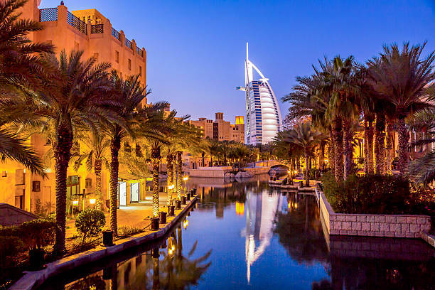 burj al arab in der dämmerung, dubai, vae - jumeirah stock-fotos und bilder