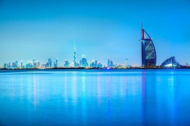 burj al arabische hotel mit skyline von dubai, dubai - dubai stock-fotos und bilder