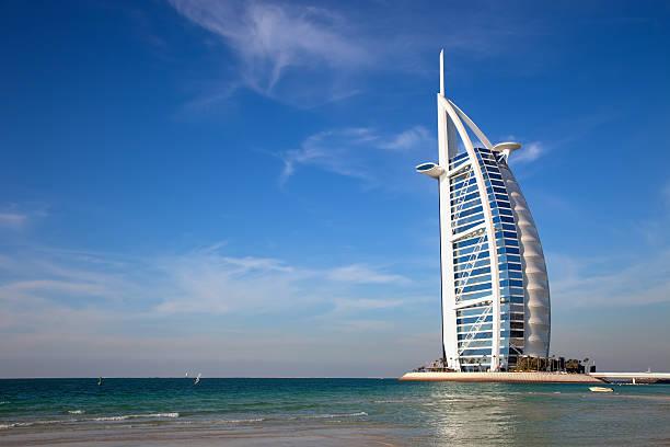 burj al arab, dem wohl luxuriösesten hotel der welt resort, dubai - jumeirah stock-fotos und bilder
