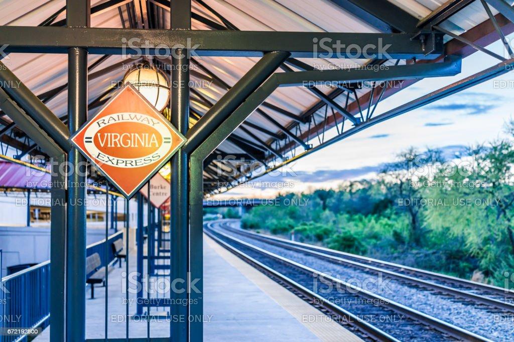 Plataforma de estação de trem de centro Burke com sinal Railway Express de Virginia e faixas - foto de acervo
