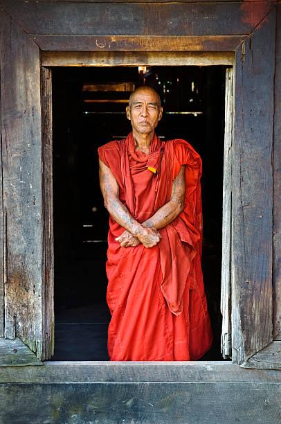 birmanischen buddhistischen mönch in mandalay, myanmar - buddhist tattoos stock-fotos und bilder