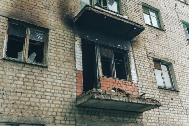 brända lägenhet i ett tegelhus för lägenhet - brand sotiga fönster bildbanksfoton och bilder