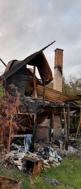brände ner hus - brand sotiga fönster bildbanksfoton och bilder