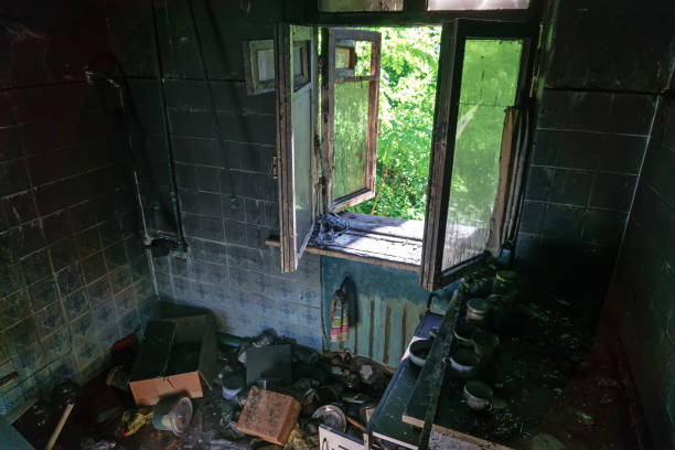 brända hus invändigt efter brand - brand sotiga fönster bildbanksfoton och bilder