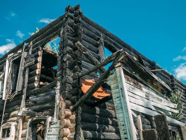 brände trähus efter brand, förstörd byggnad, katastrof eller krig efterdyningarna - brand sotiga fönster bildbanksfoton och bilder