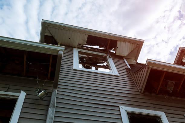 bränt väggar trä huset efter branden. brända gammal träbyggnad - brand sotiga fönster bildbanksfoton och bilder