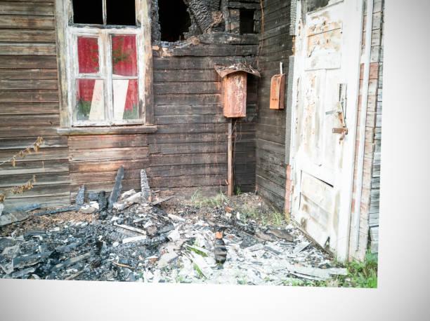 brände ner trähus - brand sotiga fönster bildbanksfoton och bilder