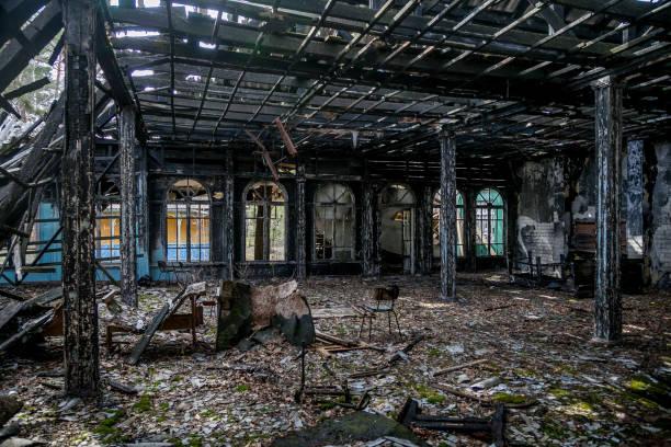 utbränd ruinerna av mansion interiör efter brand - brand sotiga fönster bildbanksfoton och bilder