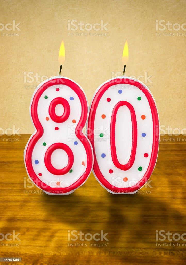 燃えるキャンドル 80 歳の誕生日には ストックフォト