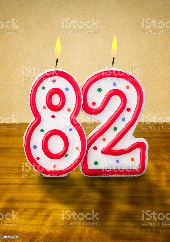Burning 誕生日のロウソク番号 82 ストックフォト