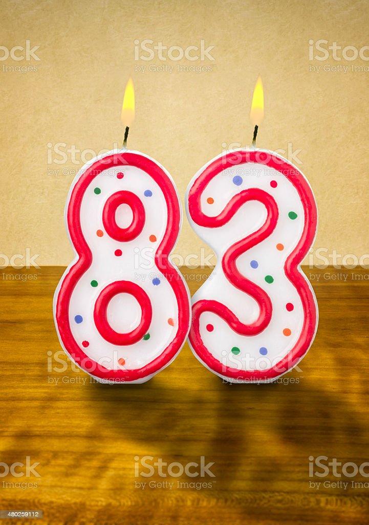 Burning 誕生日のロウソク番号 83 ストックフォト
