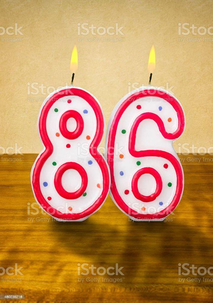 Burning 誕生日のロウソク番号 86 ストックフォト