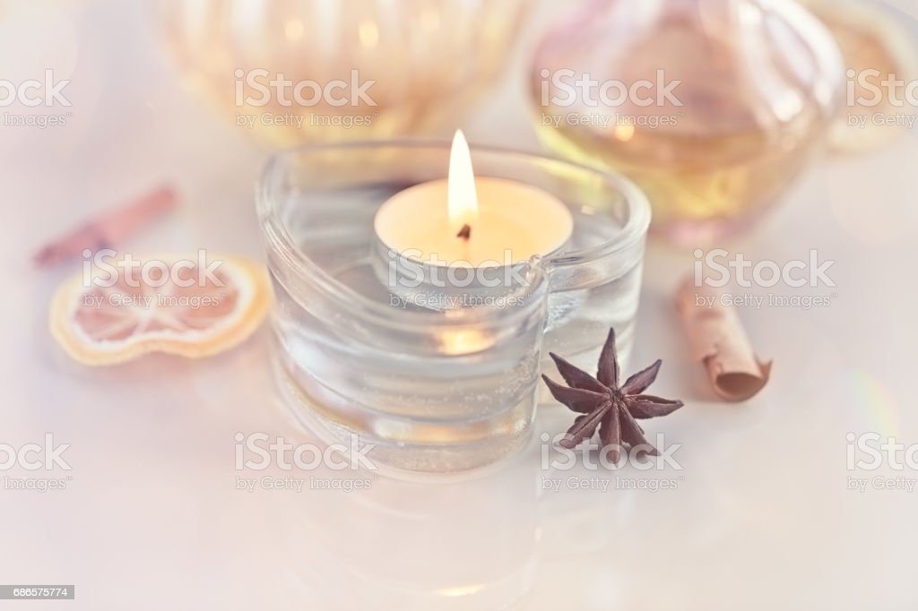 Burning candle in a heart with bokeh in the background foto stock royalty-free