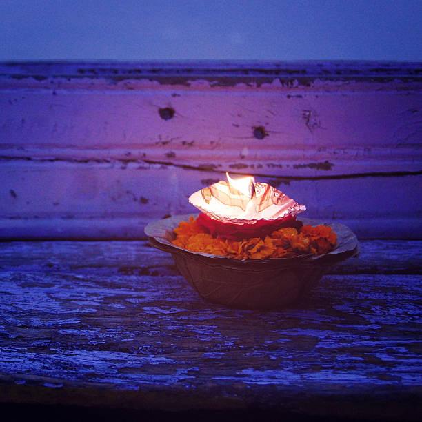 Brennende Kerze mit den Ganges vintage-Effekt.  Hinduismus Zeremonie. – Foto