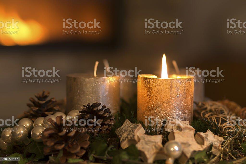 Brennende Kerze in eine advent Kranz – Foto
