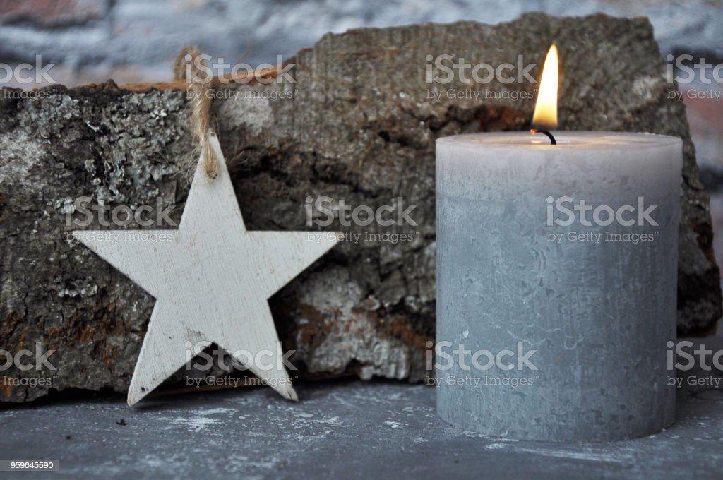 Quema billete vela, estrella y madera sobre hormigón - Foto de stock de Adorno de navidad libre de derechos