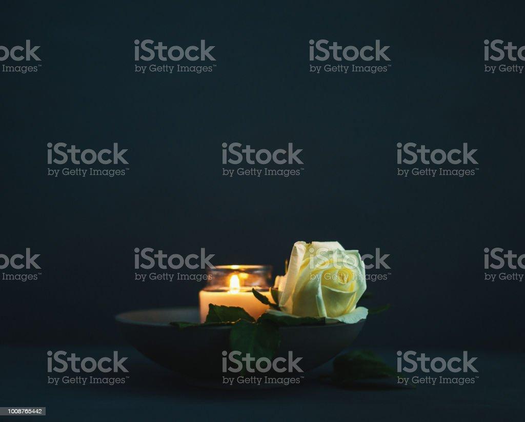 Brennende Kerze mit weiße rose in Erinnerung – Foto