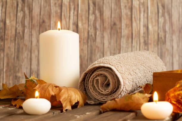 Kerzen und Handtuch im Spa auf Holzhintergrund brennen – Foto
