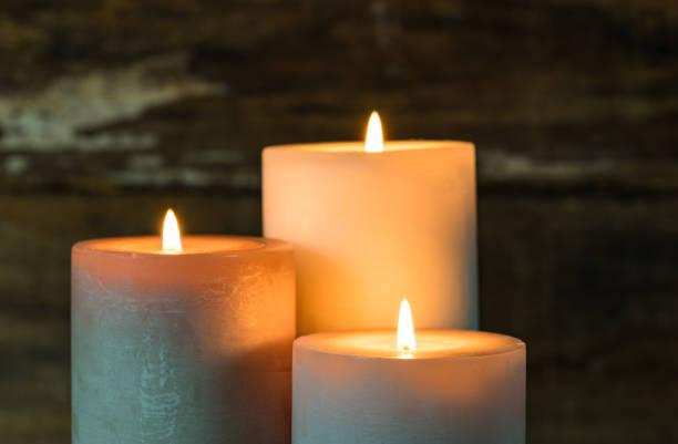 Bougies allumées dans le noir. - Photo