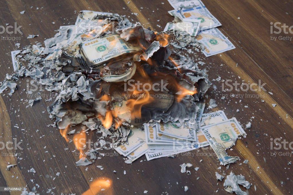 Quema el dinero en efectivo - foto de stock