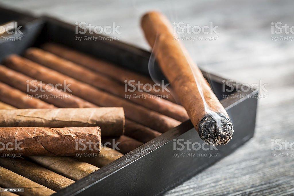 Burning Zigarren-humidor mit Rauch auf hölzernen – Foto