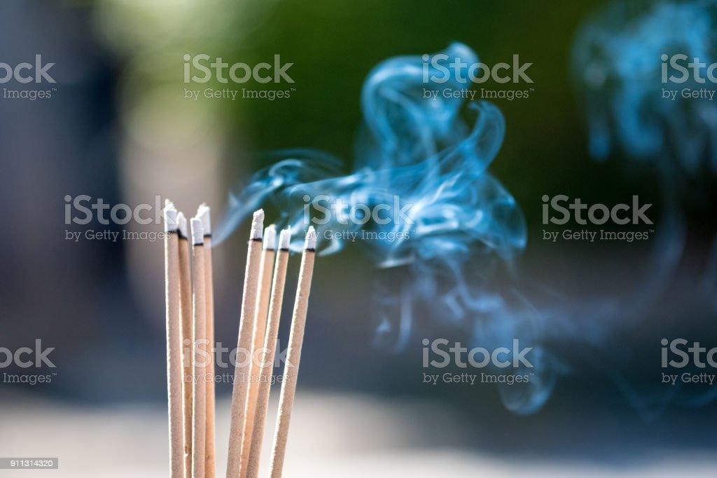 brennende Embossed Stöcke und Rauch aus der Verbrennung von Weihrauch und Rauch – Foto