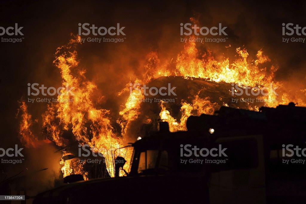Brennende Feuer Flamme auf Holz-Haus Dach – Foto