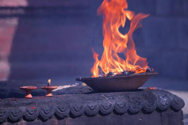 feu brûlant dans les autels. temple de pashupatinath - cérémonie photos et images de collection