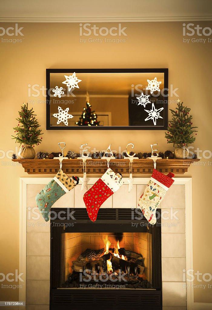 Kamin Mit Kaminsims Mit Spiegel Dekoriert Zu Weihnachten Lizenzfreies  Stock Foto