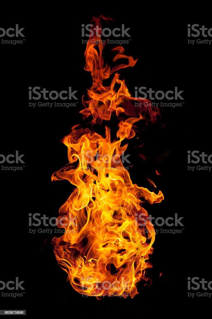 Brennende Flamme isoliert auf schwarz – Foto