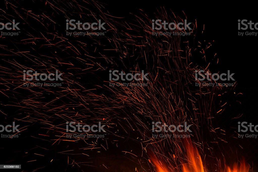 Palenie ognia lub pożaru wyizolowane na czarnym tle zbiór zdjęć royalty-free
