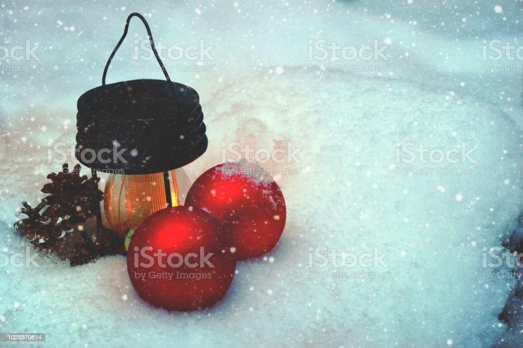 Une lampe de poche brûlante et décorations de Noël dans la neige dans une congère de forêt, bientôt la nouvelle année. - Photo