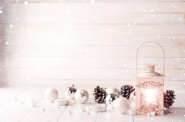 brennende laterne im schnee mit weihnachtsdekoration - shabby deko stock-fotos und bilder