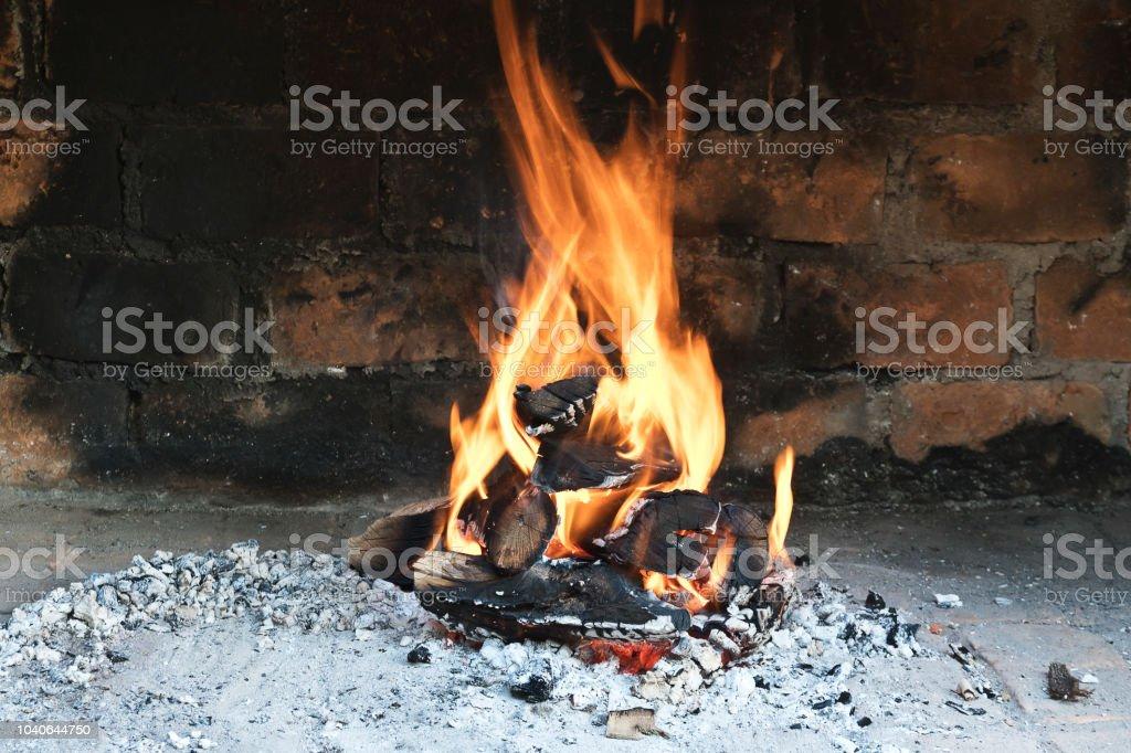 brennende Maschinenbordbücher in einem gemauerten Ofen – Foto