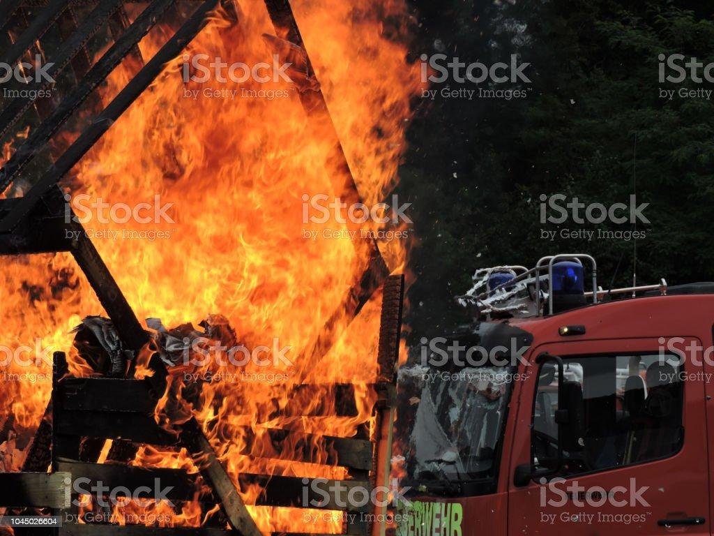Brennt Schuppen – Foto