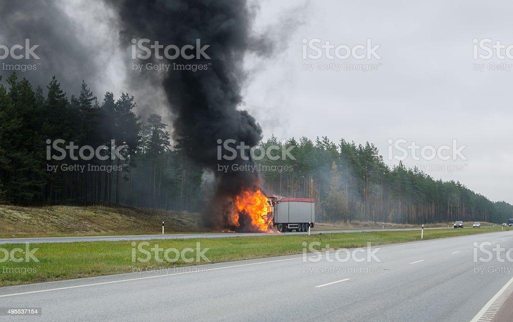 Burning Lkw auf der Straße – Foto