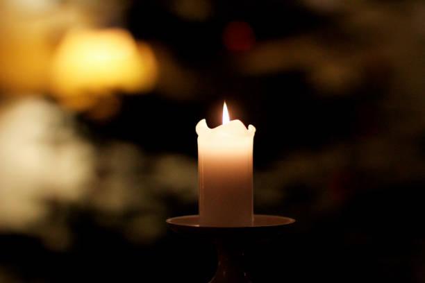 Brennende weiße Kerze – Foto