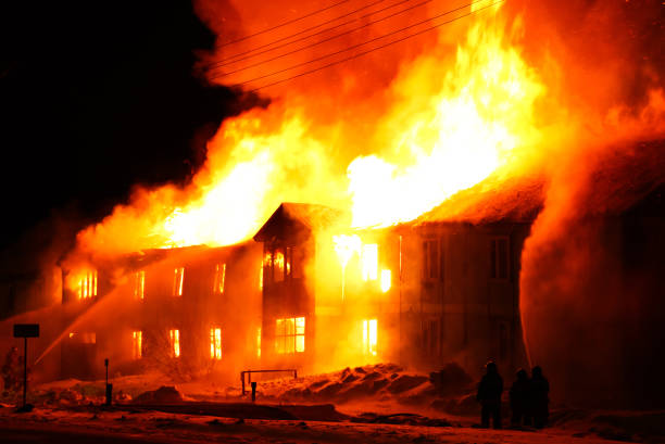 Mistério de Colina Santa Burning-wooden-house-picture-id1023280732?k=6&m=1023280732&s=612x612&w=0&h=9cDRAUmgSoeVlBSYxw7yMlCAZlr3AoDlFTZNyrN9wbY=
