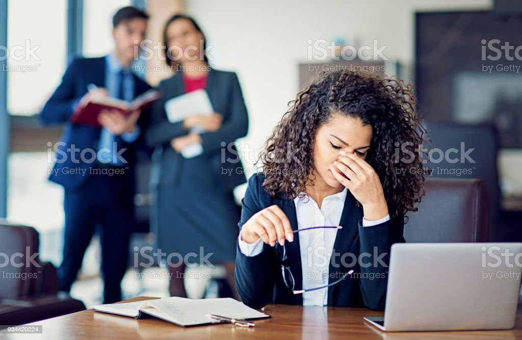 Burnout businesswoman under pressure in the office - foto stock