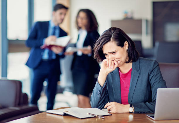 burnout businesswoman under pressure is crying in the office - remote work imagens e fotografias de stock