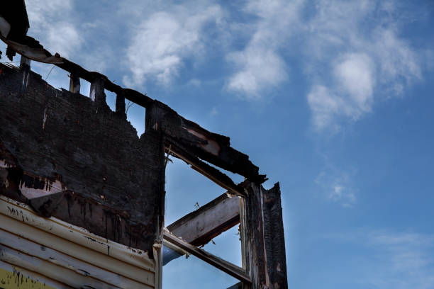 brända svart rum efter brand brända-down house - brand sotiga fönster bildbanksfoton och bilder