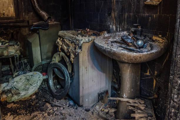brända hus invändigt. brända brända badrum, smält återstår av möbler och tvättmaskin - brand sotiga fönster bildbanksfoton och bilder