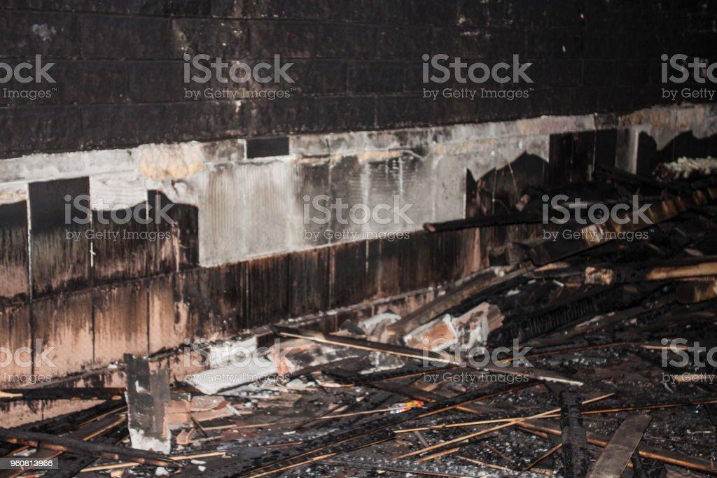hiçbir çatı arka plan birimi yanmış house, izole stok fotoğrafı