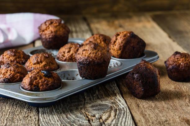 burnt muffins in baking pan - burned oven imagens e fotografias de stock