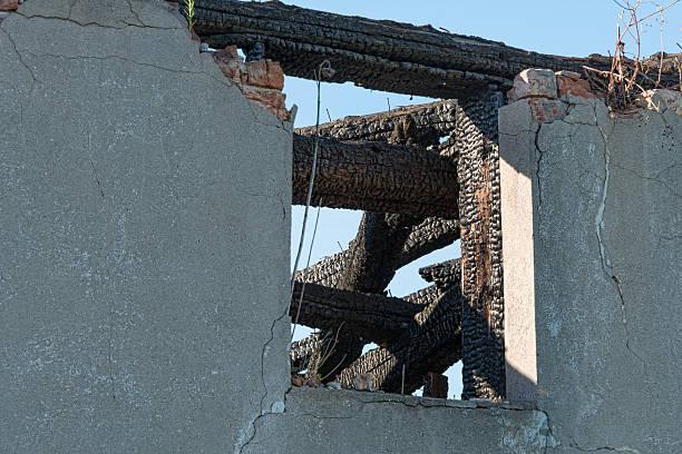 burnt out roof framework detail - brand sotiga fönster bildbanksfoton och bilder
